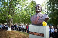 Открытие бюста Леониду Осипенко в школе №4